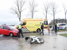 Scooterrijdster gewond bij aanrijding op Liemerseweg