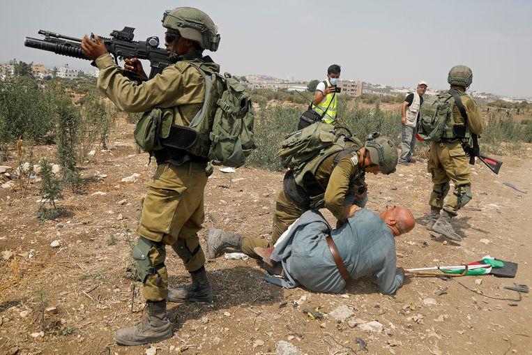 Palestijns protest tegen de bezetting van de Westoever, begin september. Een Palestijn wordt bij het protest gearresteerd door een Israëlische militair. Beeld Reuters