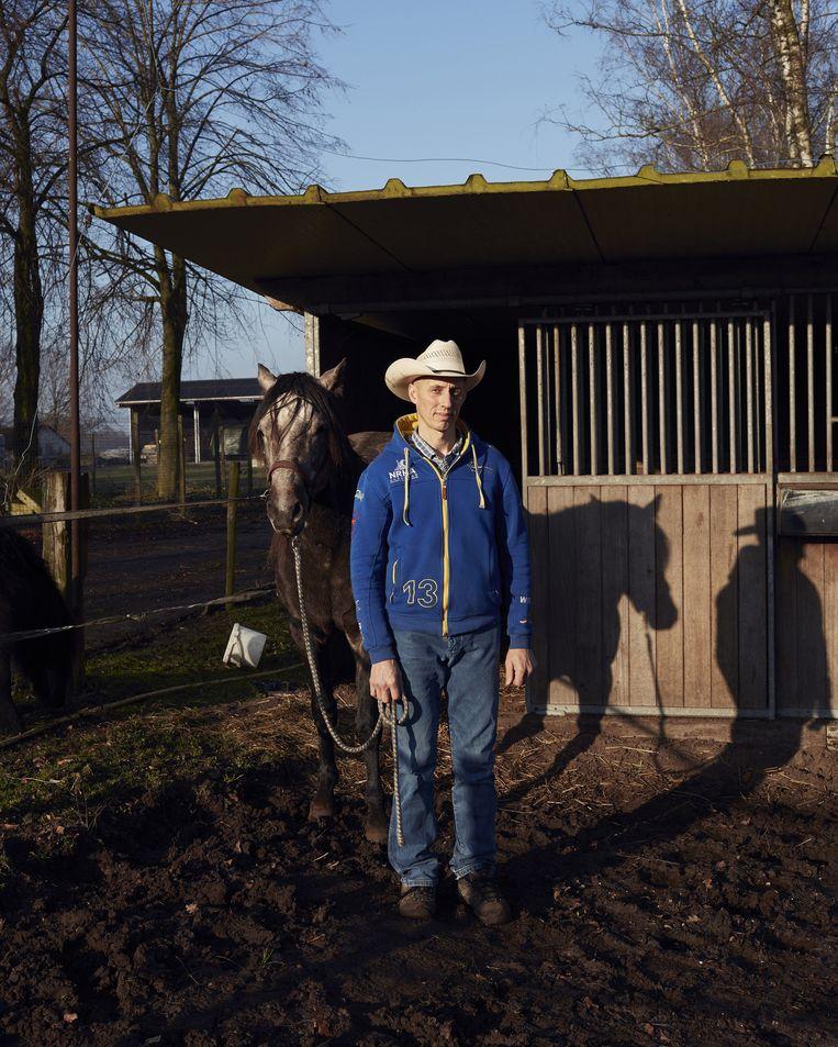 Marcel bij zijn paardenstal in 2015 Beeld Erik Smits
