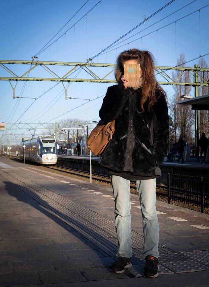 Monique leeft op straat en scharrelt haar kostje bij elkaar op de stations.