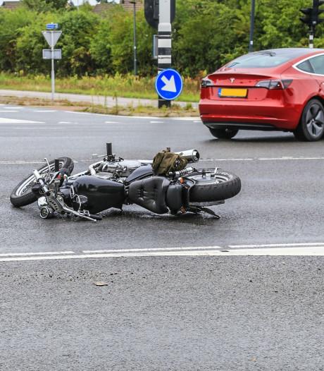 Motorrijder naar het ziekenhuis na val op glad wegdek in Helmond