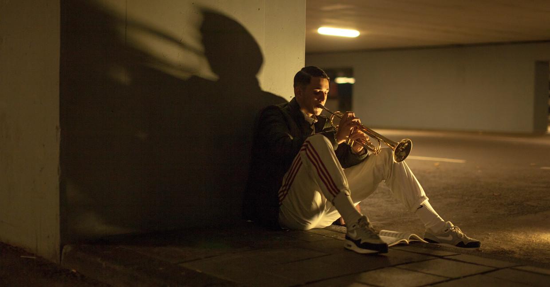 Sam (Shahine El-Hamus) met zijn trompet.