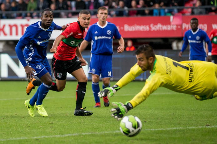 NEC speler Jordan Larsson laat Almere City keeper Chiel Kramer kansloos en scoort.