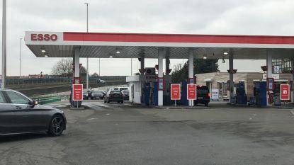Esso-tankstation decor van schermutselingen taxichauffeurs