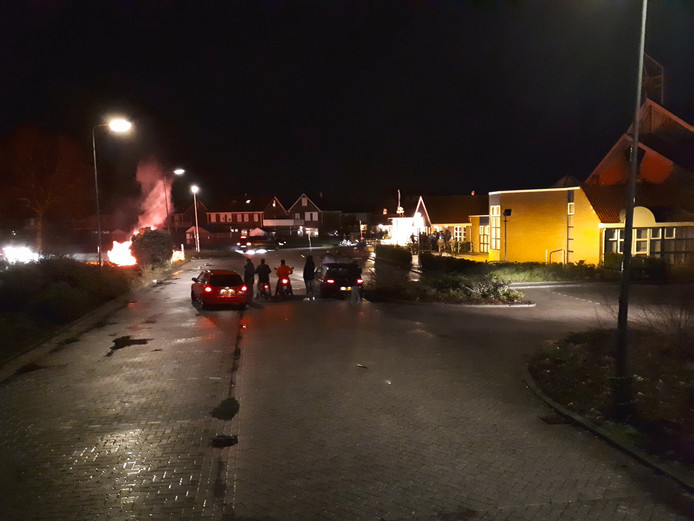 Op de plek waar gisteren de ongeregeldheden waren is vanavond een vuur ontstoken.