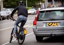 Een fietser op een speed pedelec neemt deel aan het verkeer.