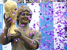 Maradona moet lachen om eigen standbeeld