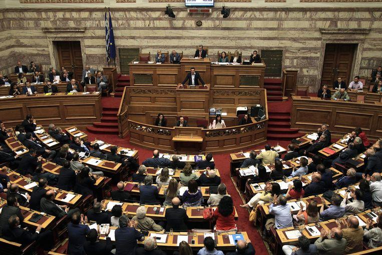 De Griekse premier Tsipras spreekt tijdens een debat over het referendum vannacht.