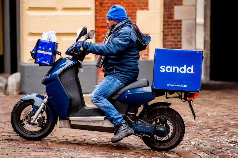 Een postbezorger van Sandd in Den Haag. Beeld Hollandse Hoogte / Robin Utrecht