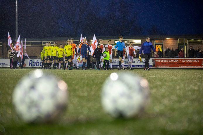 Oene en VIOS Vaassen betreden het veld voor de burenstrijd, die sportief gezien een teleurstelling blijkt te zijn.