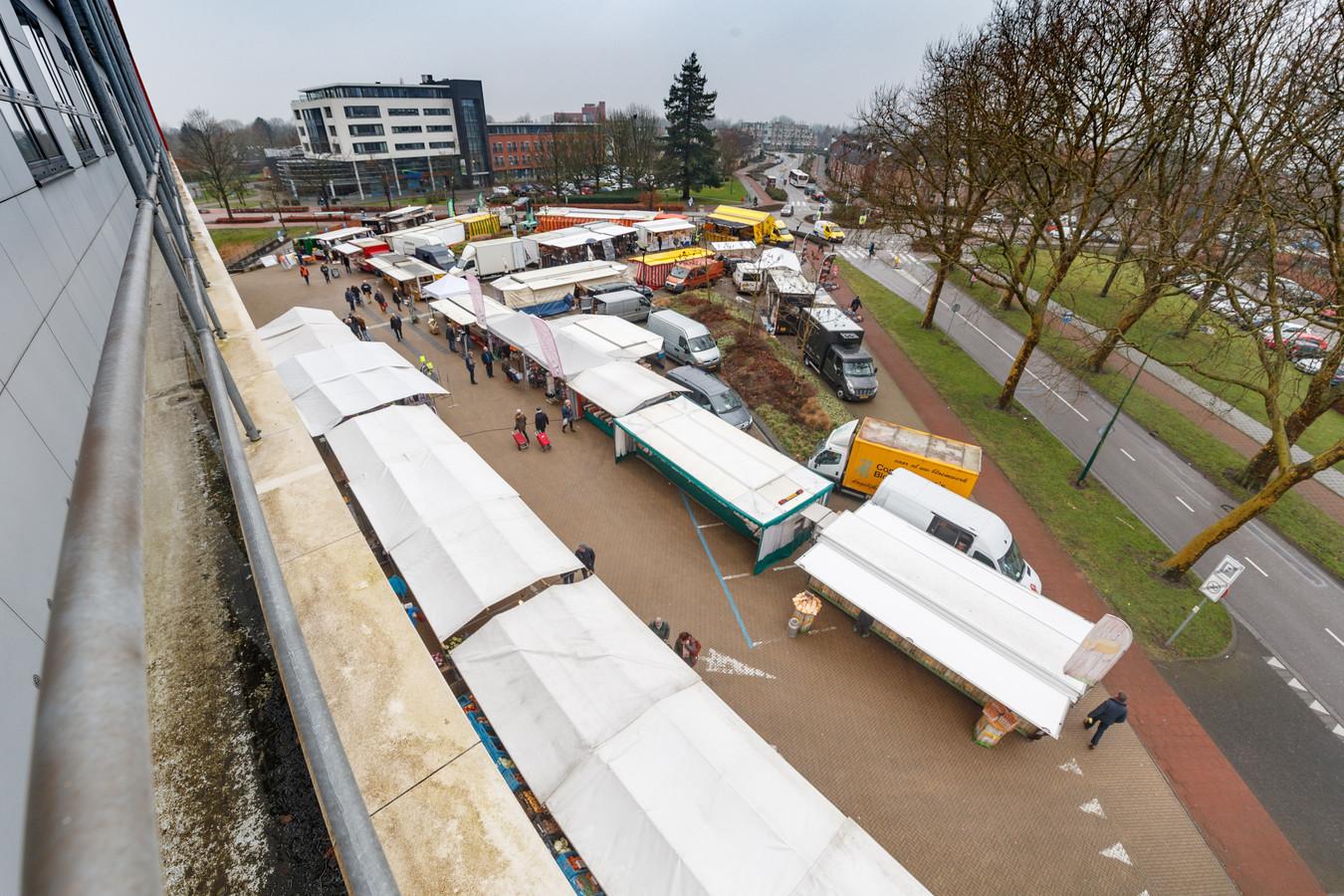 De weekmarkt van Zevenbergen is begin vorig jaar verplaatst naar het plein voor het gemeentehuis.