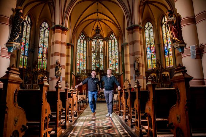 Organisatoren Joost Jansen en Patrick Leferink (met baard) in de Martinuskerk.