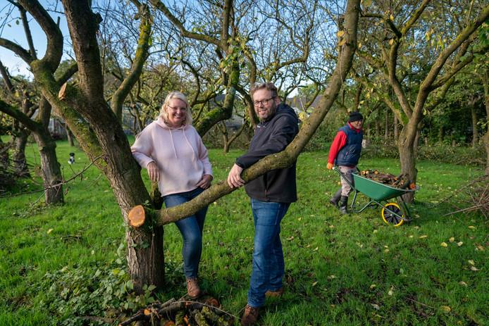 Carla Hofman en Antoin Buiting in de boomgaard van Park Bredelaar.