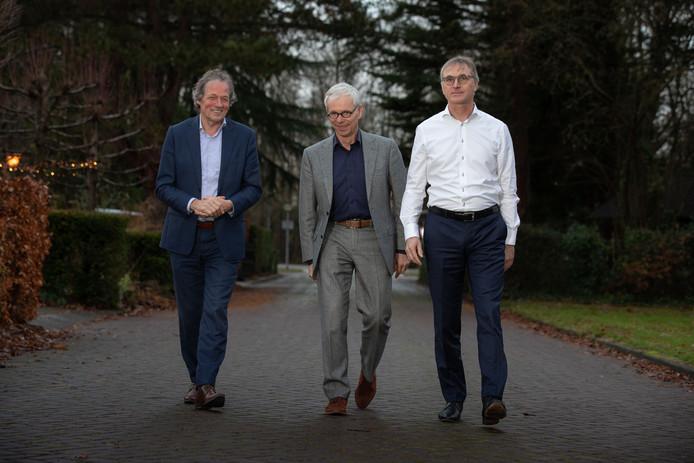 Rechts Bart Jan Binnerts (notaris), links Cees Okkerse (advocaat) en in het midden Dirjan Verdoorn (ondernemer). Zij zijn drijvende krachten achter de stichting Lelystad Airport Moet Door. © Foto Freddy Schinkel