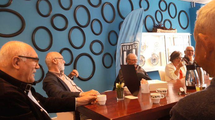 Koffie, cake en anekdotes van Arend Steunenberg (uiterst links) vormen de ingrediënten van Heracles Toafelproat.
