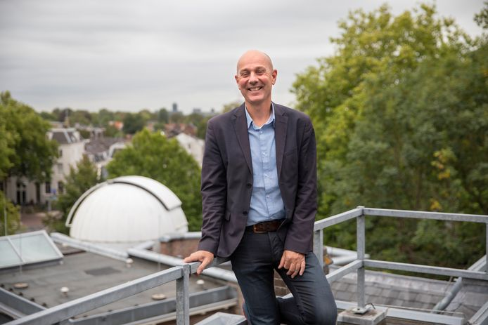 Directeur Maarten Reichwein op het dak van museum en sterrenwacht Sonnenborgh in Utrecht.