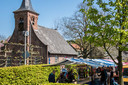 Het Hasseltplein in de meimaand: veel bezoek voor de kapel en de snoepkramen.