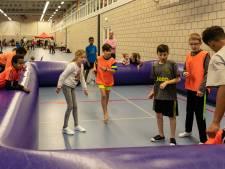 Rustam (11) trapt tijdens de Sportkidsdagen het állerliefst een balletje