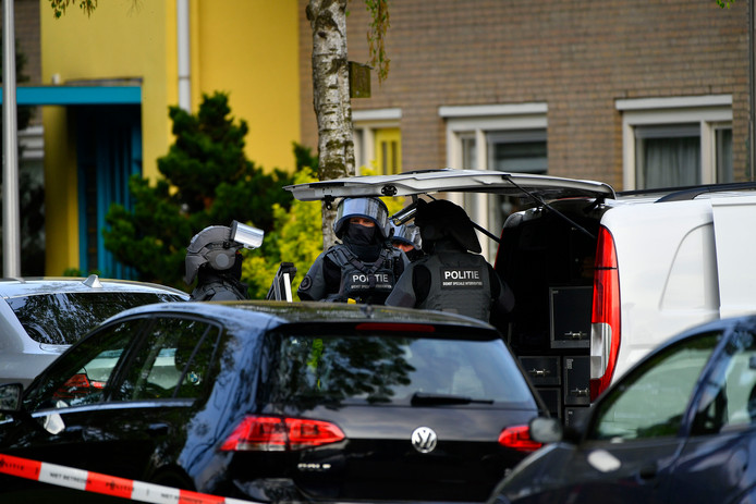 Het arrestatieteam omsingelde maandag een flat aan de Bremlaan in Valkenswaard.