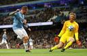Van der Sar redt op een poging van Bellamy.