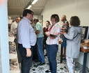 Jan Paul Loeff (links) van de stadsraad Veere haalt handtekeningen op voor de petitie in de rij wachtenden in de bakkerswinkel in de opslagplaats van bakker Bliek aan het Oranjeplein.