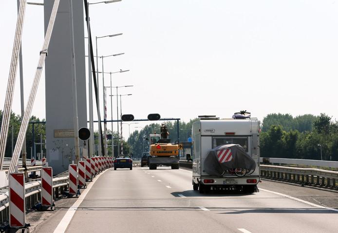 Foto ter illustratie. Verkeer op de Harmsenbrug.