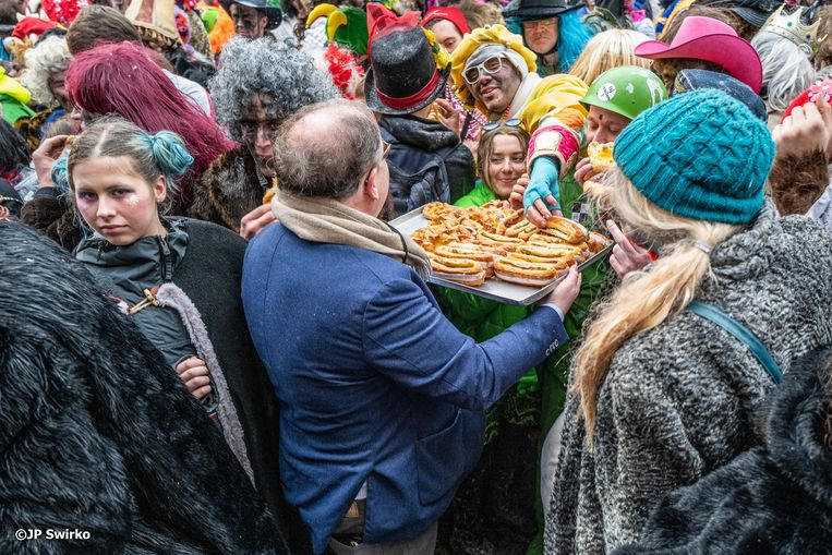 Carnavalisten krijgen koffiekoeken van burgemeester D'Haese.