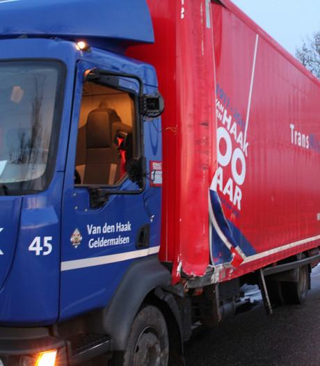 Chauffeur schampt boom met vrachtwagen en raakt gewond