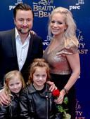 Dennis Weening met vrouw en kinderen op de rode loper van de premiere van musical Beauty and the Beast van Disney bij het AFAS Circustheater Den Haag.