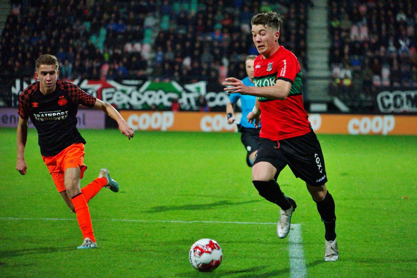 Ole Romeny (rechts) snel tegen Jong PSV langs Baggio Wallenburg.