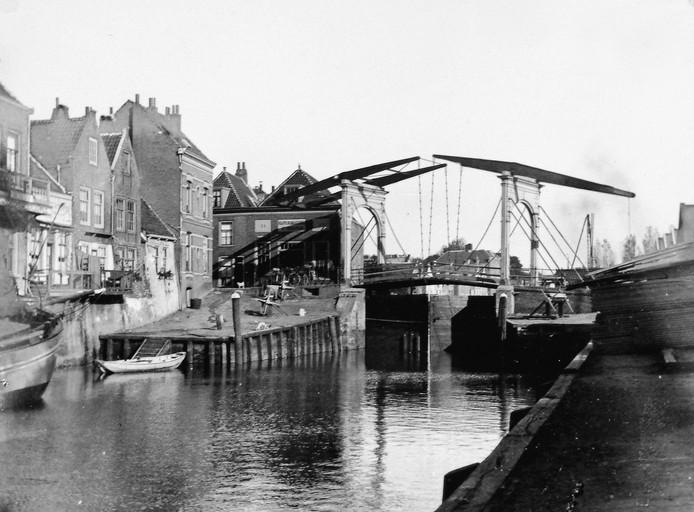 De Zuidersluis met ophaalbrug voor 1900.