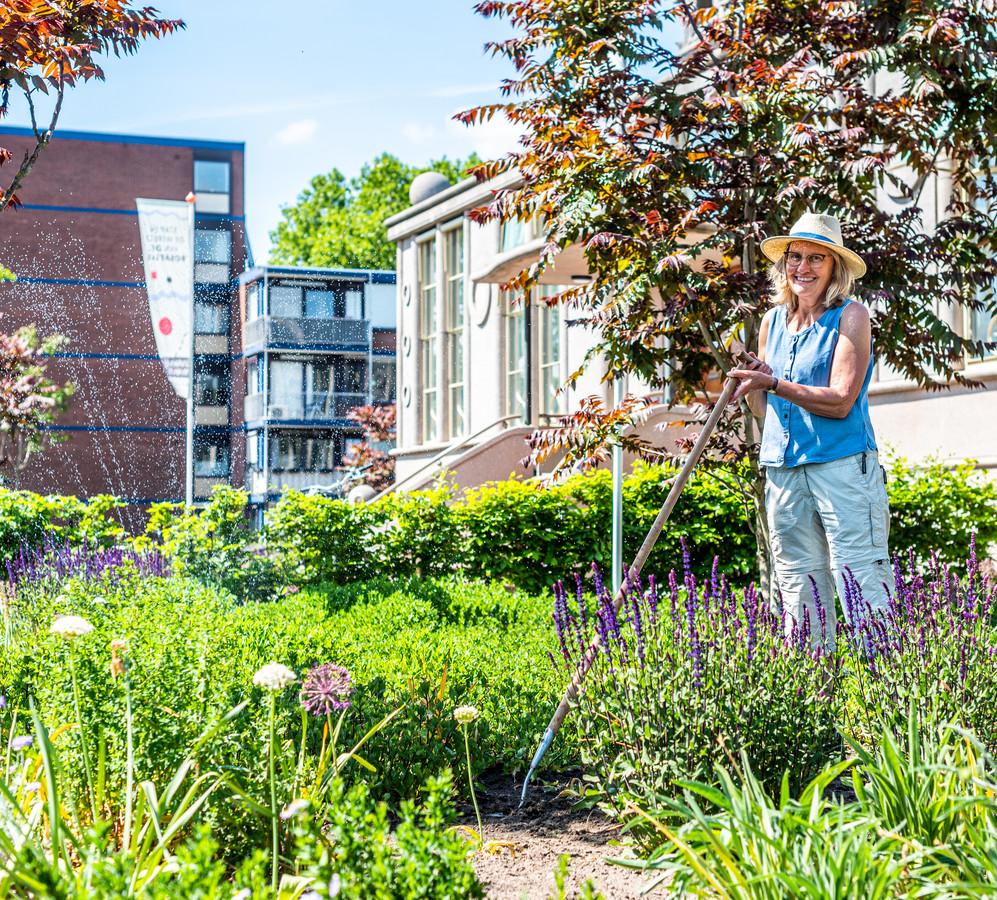 Werken in de tuin van het Onderwijsmuseum is voor Christine ten Boom een welkome afwisseling naast haar werk in de zorg.