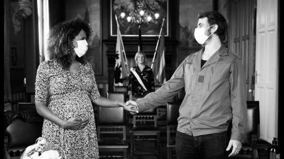 Zwangere Tatyana Beloy (met mondmasker) stapt in huwelijksbootje