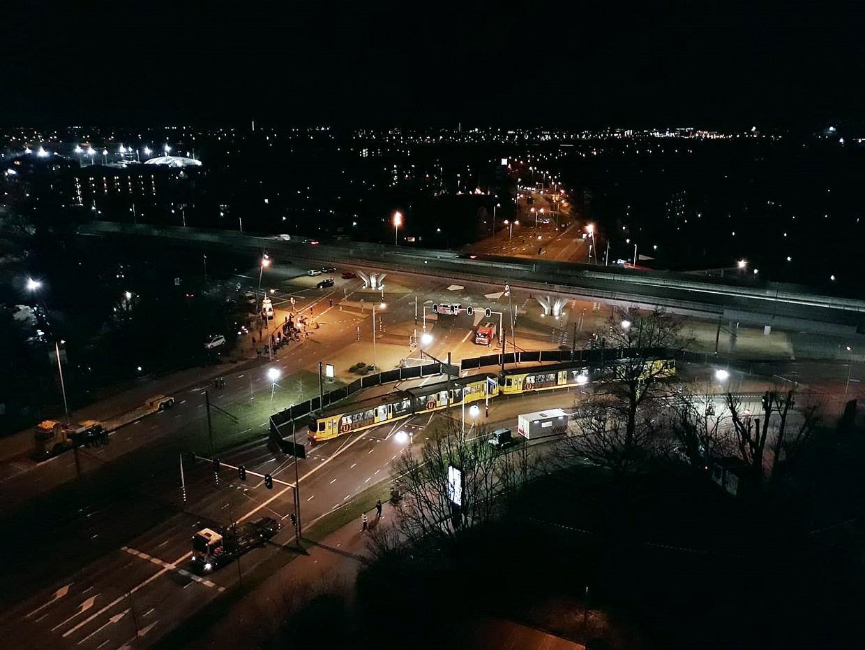 De tram, de avond van de aanslag, op het 24 Oktoberplein in Utrecht.