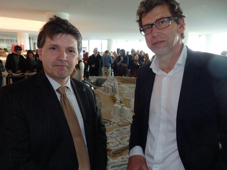 Martin Berendse, directeur van de OBA (l), en Zef Hemel, planoloog en initiator van de tentoonstelling. Hemel: 'Loop rond als Alice in Wonderland.' Beeld Schuim