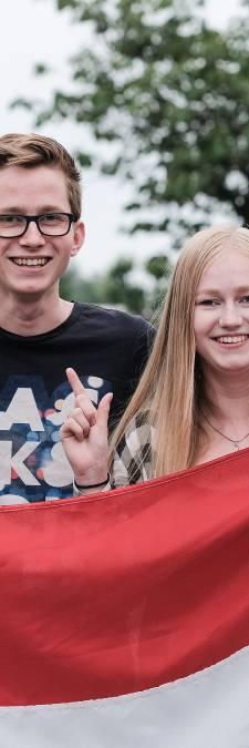 Drie schooltassen aan één vlaggenstok in Duiven