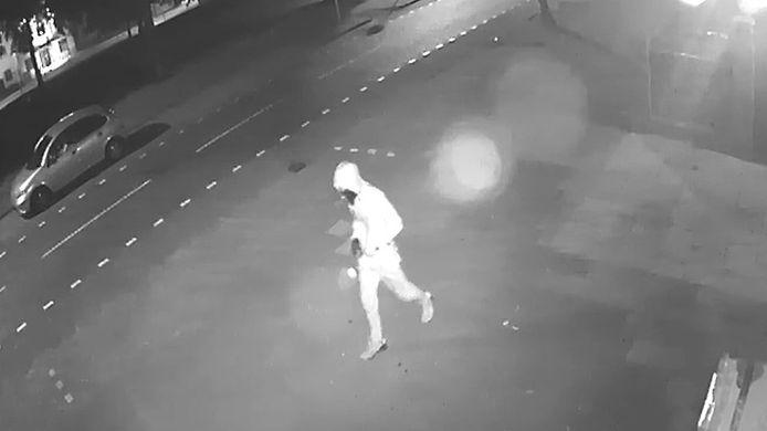 De dader van de aanslag op 't Berghje in Oss op camerabeelden.