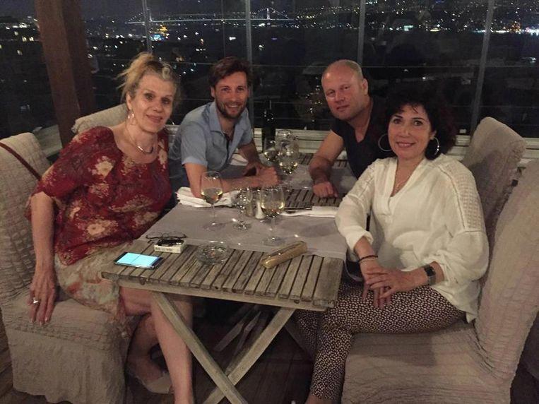 Tania Barkhuis in Istanbul met Dirk van Bergen, Rocco Piers en Nevin Özütok (vlnr) Beeld Eigen foto