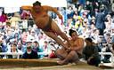 Sumo-worstelaars voeren een showgevecht op tijdens een jaarlijks sumo-toernooi dat is gewijd aan de Yasukuni-schrijn in het Japanse Tokio. Foto Toru Hanai
