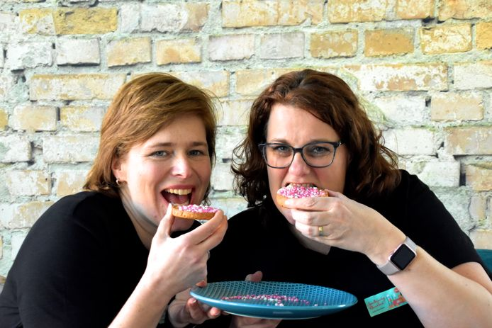 Everdien van der Linden (l) en Krista van Beek vieren de 'geboorte' van de eerste Klarenbeekse Spulletjesdag op oud-Hollandse wijze.