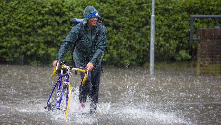 In mei zorgden hevige regen- en onweersbuien voor overlast in de straten van Arnhem. Beeld ANP