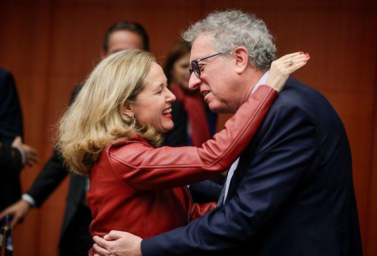 De Spaanse financiënminister Nadia Calviño (l)  in januari tijdens een overleg met haar Europese collega's in Brussel.  Beeld EPA
