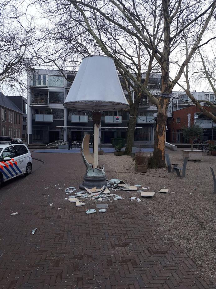 Het kunstwerk op het Doelenplein in het centrum werd kapotgereden door een automobilist die de metershoge lamp raakte bij het achteruit rijden.