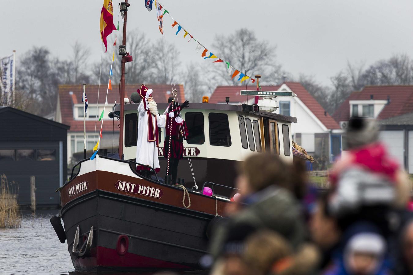 Sint Piter en Swarte Pyt komen aan in Grou in 2015.