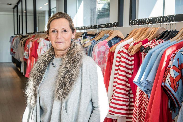 """Karin Gunst (54) is al 26 jaar gerante in de zaak van Hilde. """"Maar tijdens de uitverkoop wil ik nog even alles geven, hier in Tineke."""""""