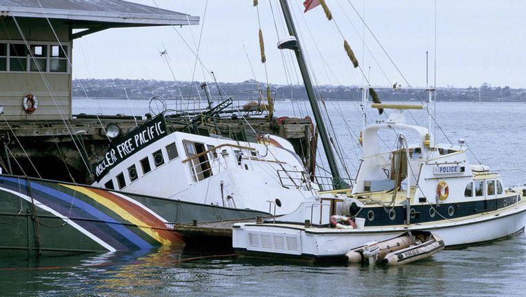 De half gezonken Rainbow Warrior na de aanslag in Nieuw-Zeeland in1985. © PHOTO NEWS Beeld