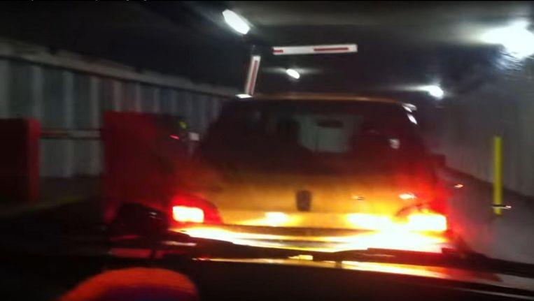 Treintjerijden: praktisch bumper aan bumper met je voorganger de parkeergarage uit rijden en dan maar hopen dat het goed afloopt. Beeld