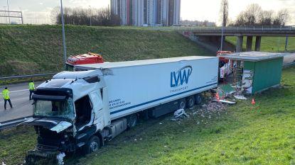 Vrachtwagen gaat van de baan op A12 en ramt huisje