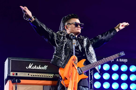 Op zijn afscheidsfeest zong CEO Jack Ma een liedje. 60.000 personeelsleden - allemaal in een T-shirt met het Alibaba-logo - gaven hem een staande ovatie, waarna een show volgde met vuurwerk en dans.