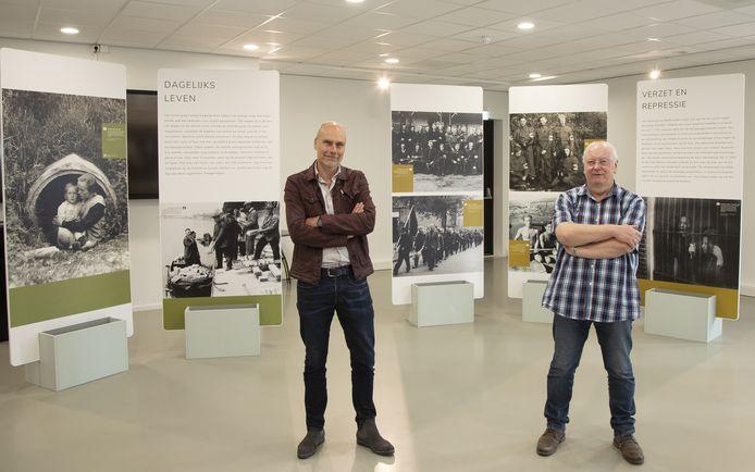 Regiohistoricus Marco Krijnsen en Gerrit Wermink van het Vrijheidsmuseum bij de oorlogsexpositie.